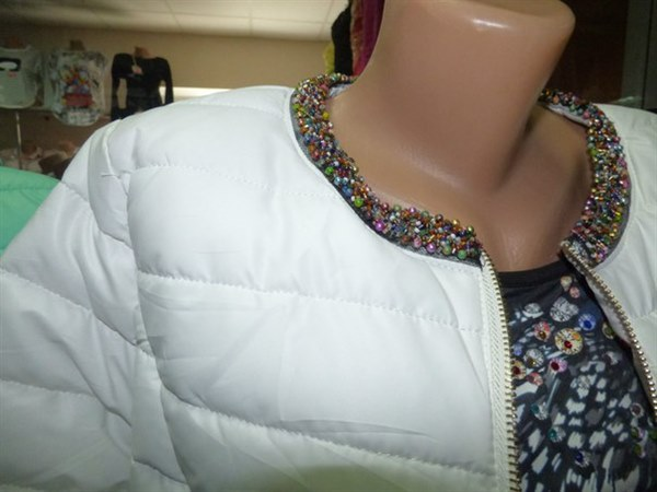 фото Легкая весенняя курточка белого цвета, с четвертным рукавом видео отзывы