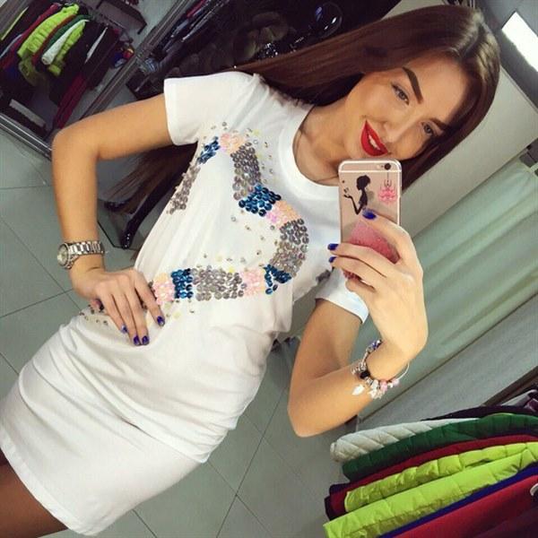 Цена Полуприталенное платье белого цвета
