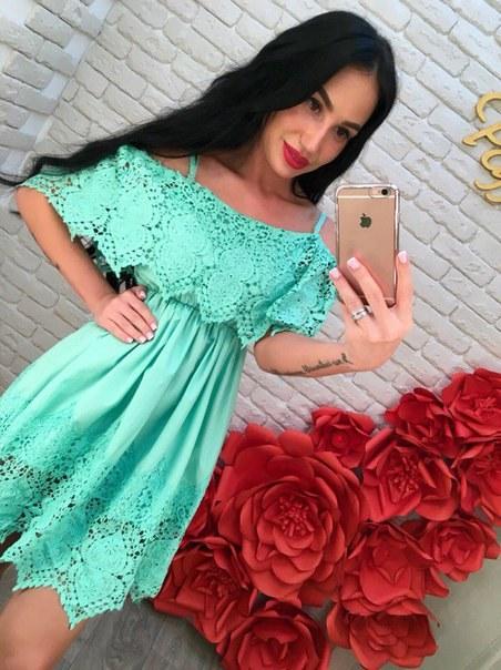Купить Бирюзовое платье с завышенной талией и кружевом цена