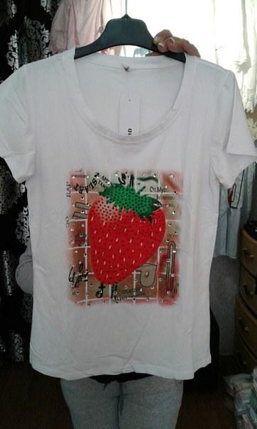 фото Легкая футболка белого цвета с клубничкой видео отзывы