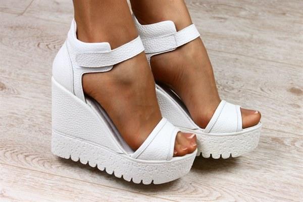 Цена Женские кожаные белые босоножки на платформе