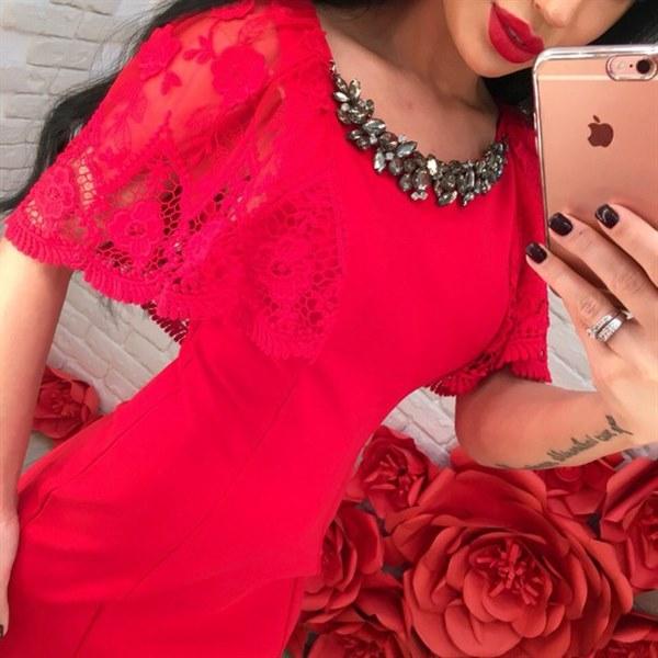 фото Нарядное платье красного цвета с утяжкой и кружевом видео отзывы