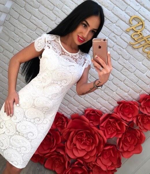 Цена Белое приталенное платье из кружева