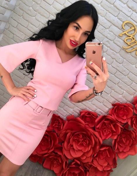 Розовый силуэтный костюм